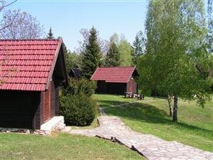 Plitvická jezera - Korana kemp bungalovy s polopenzí* / cena za 1 noc