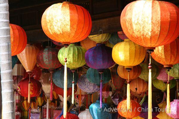 Typické barevné lampiony