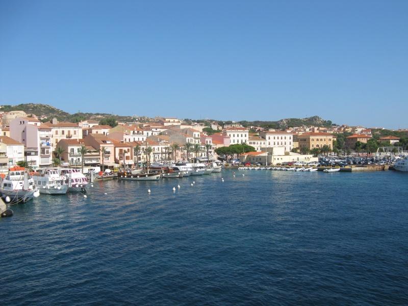 Sardinie, rajský ostrov nurágů v Tyrkysovém moři, letecky chata