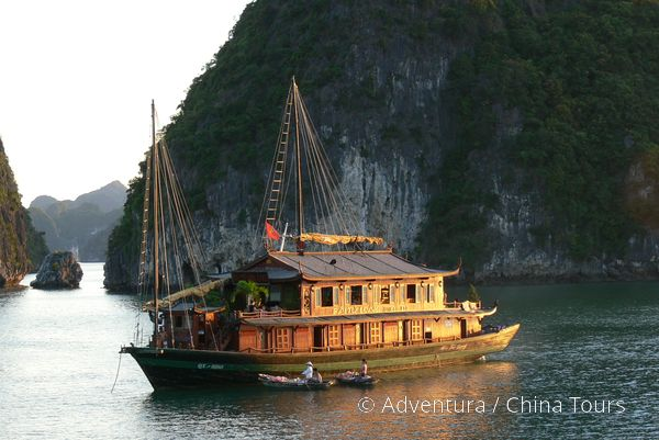 Tradiční džunka, zátoka Halong