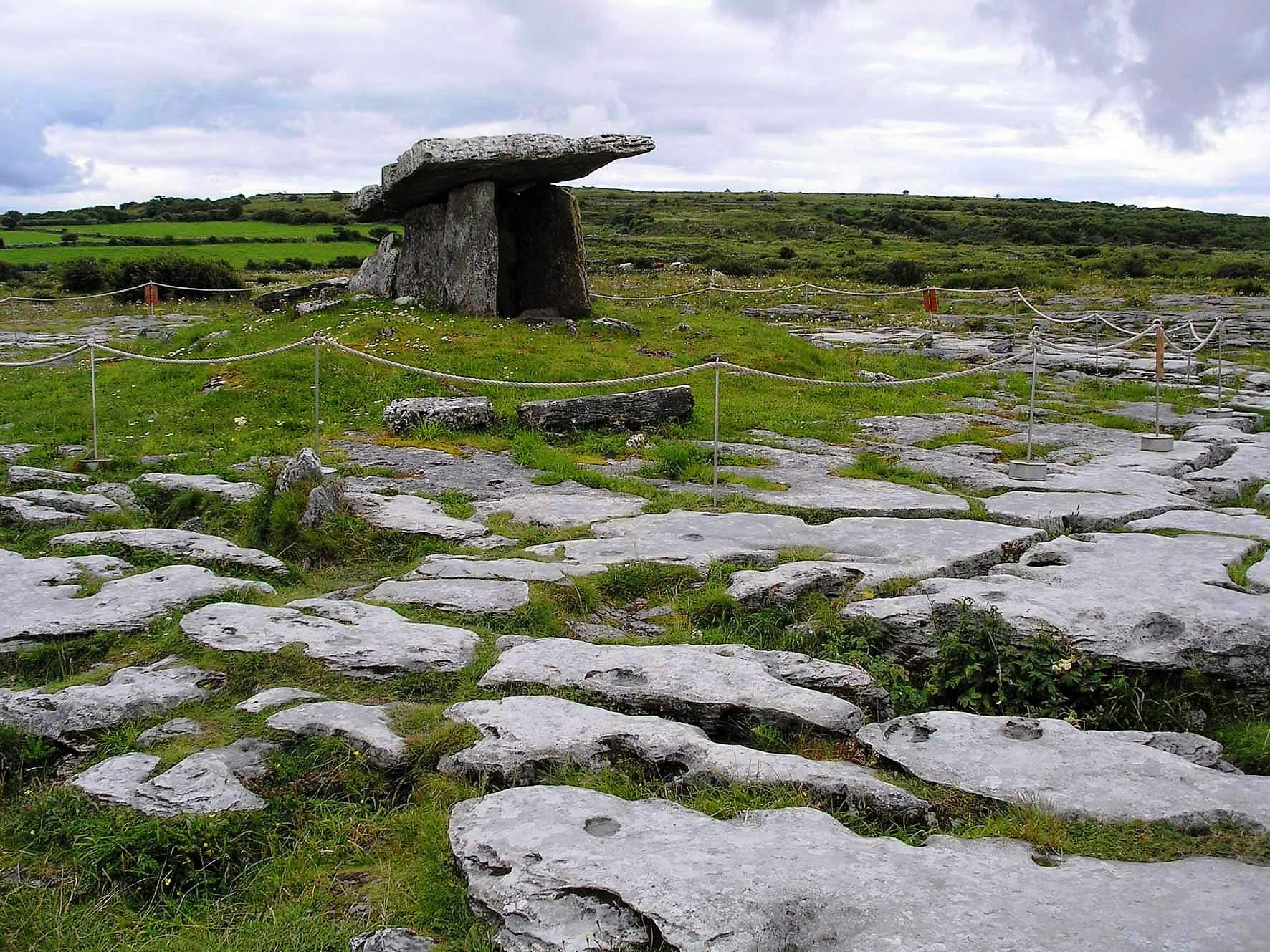 Irsko   Burren dolmen 2