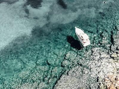 Jachta kotvící v klidné zátočině