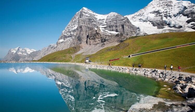 jungfraubahn-falbodensee-jungfrau-eiger-walk-sommer