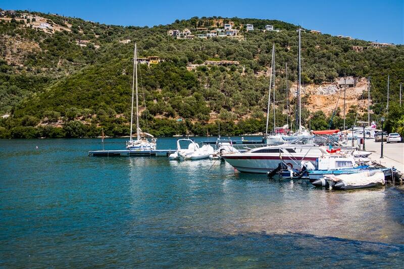 Loďky kotvící v jedné ze zátok ostrova Lefkada