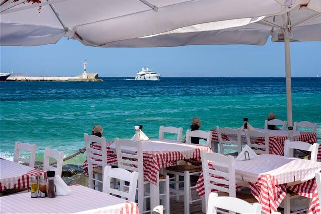 Řecká restaurace s pohledem na tyrkysové moře