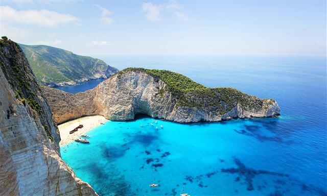 Pláž Navagio, nebo-li pláž Ztroskotání, symbol ostrova Zakynthos