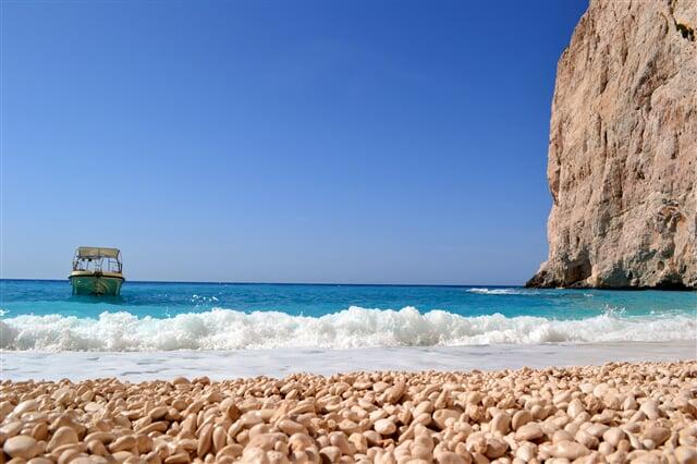 Člun kotvící u liduprázdných pláží ostrova
