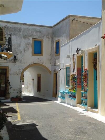 Křivolaké uličky historické části městečka Kythira