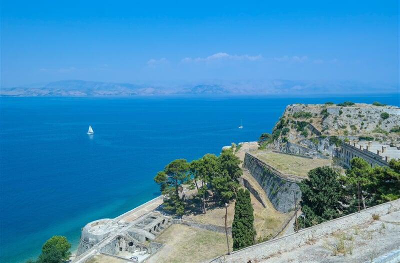 Moře kolem ostrova Korfu