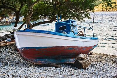 Rybářská bárka na pobřeží