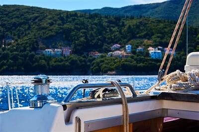 Řecký ostrov Ithaka z paluby jachty