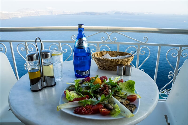 Snídaně na terase nad mořem (retaurant, dining, table, restaurace, moře)