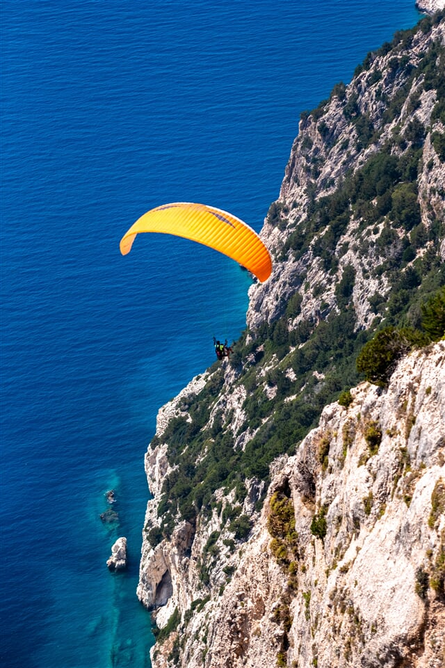 Paragliding kolem skalisek nad mořem  (paragliding, parachute, rocks, moře)