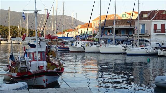 Rybářské čluny a jachty v přístavu Fiscardo na Kefalonii (řecko, greece, kefalonia)