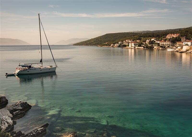 Jachta kotvící ve Fiscardo u ostrova Kefalonia, Řecko (yacht, boat)