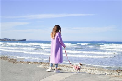 Žena na pobřeží, Acharavi na Korfu