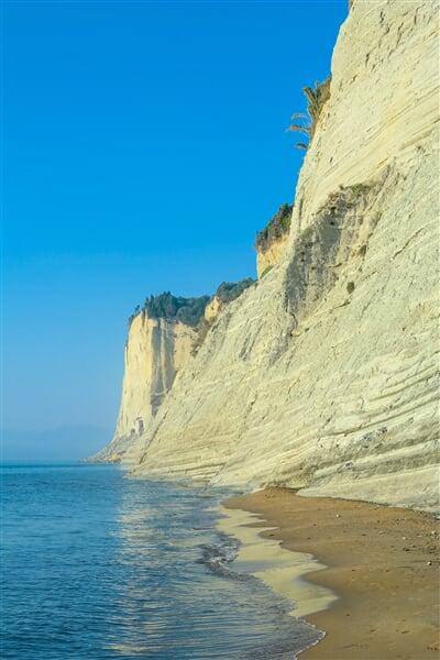 Skaliska a pláže Korfu jsou pověstné