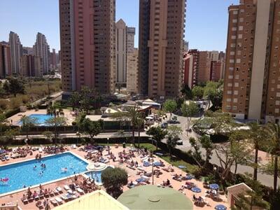 U hotelového bazénu uprostřed letoviska Benidorm, Costa Blanca