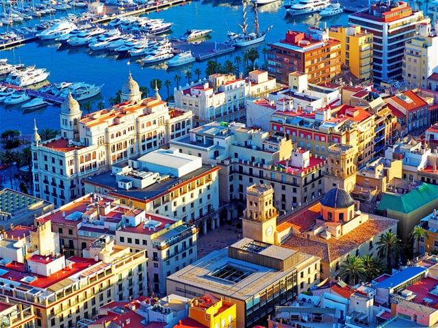 Pohled na část centra a přístav v Alicante
