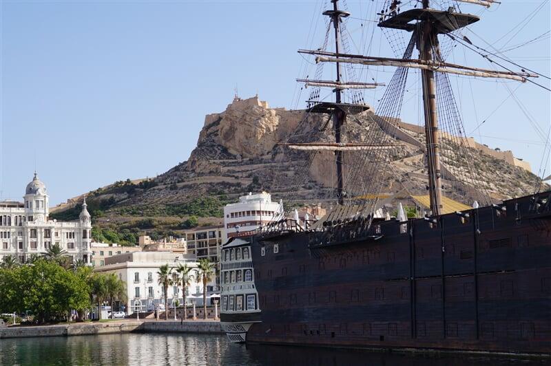 Historická plachetnice v přístavu Alicante