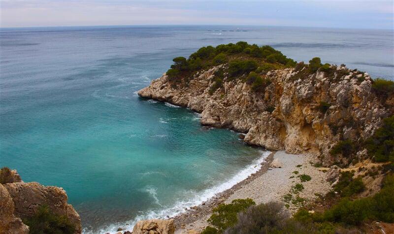 Klidné zátočiny pobřeží nabízejí klid a soukromí