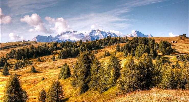 Pohled na podzimní pastviny kolem Marmolady