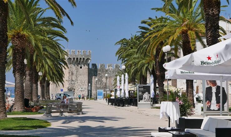 Vyhlášená promenáda Trogir - Medena v městečku Trogir