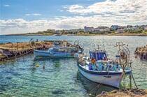 Rybářské bárky v přístavišti u letoviska Protaras