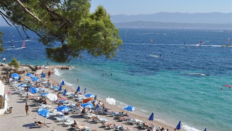 Pláž se stovkami slunečníků v Chorvatsku