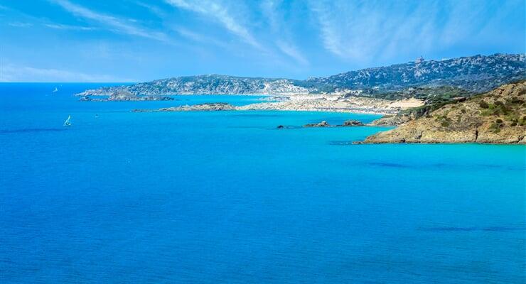 Pobřeží kolem letoviska Chia, Sardinie