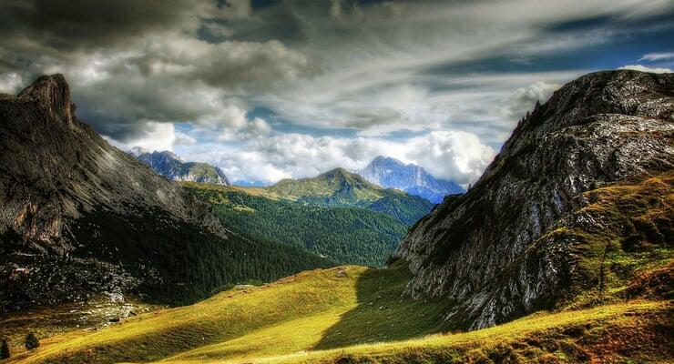 Průsmyk Valparola nad střediskem Civetta v Dolomitech