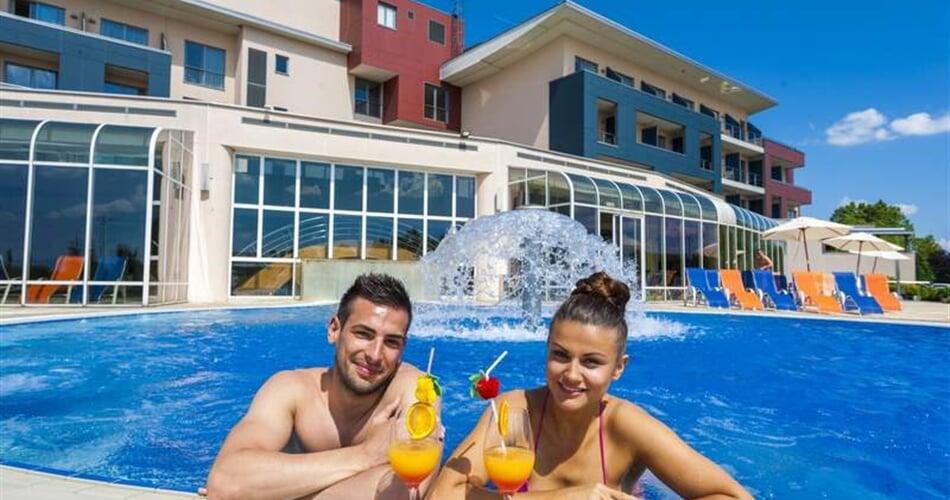 hotelový bazén je propojen s venkovním termálním bazénem