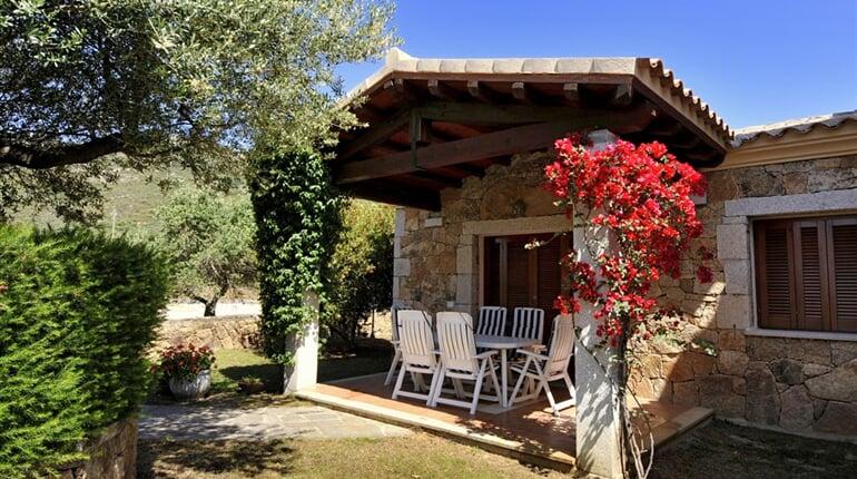 Pohled na apartmán a zahradu, San Teodoro, Sardinie