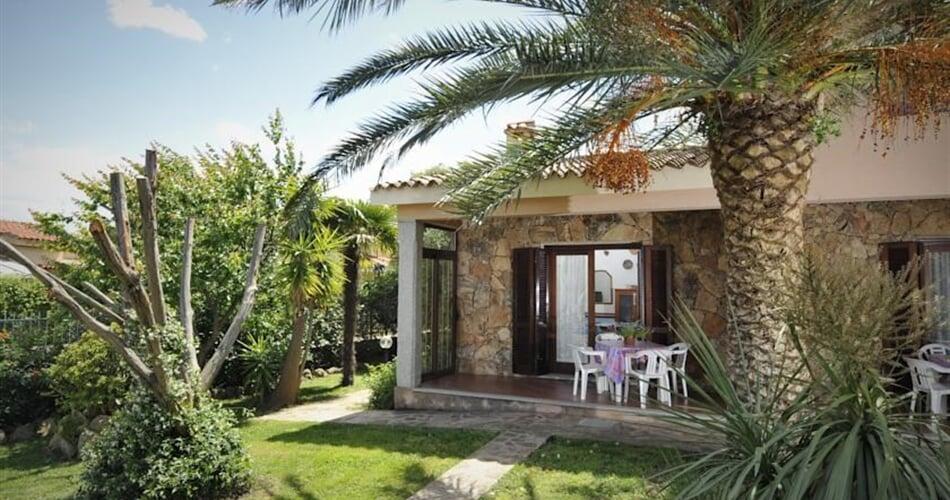 Pohled na apartmány ze zahrady, San Teodoro, Sardinie