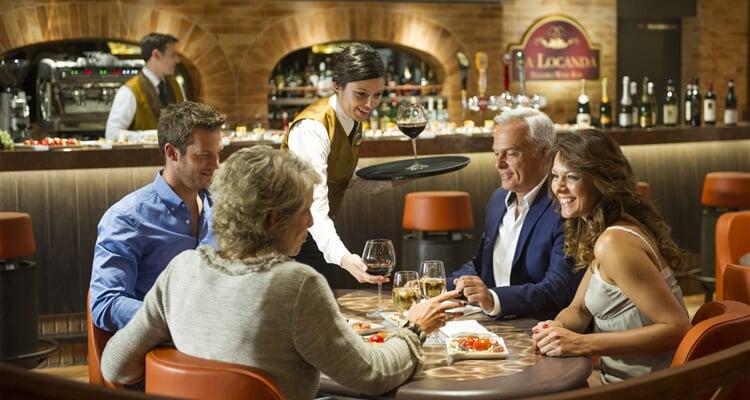 Lidé v baru lodě MSC Cruises