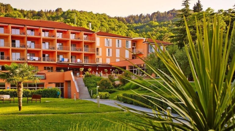 318 Hotel Salinera front green garden