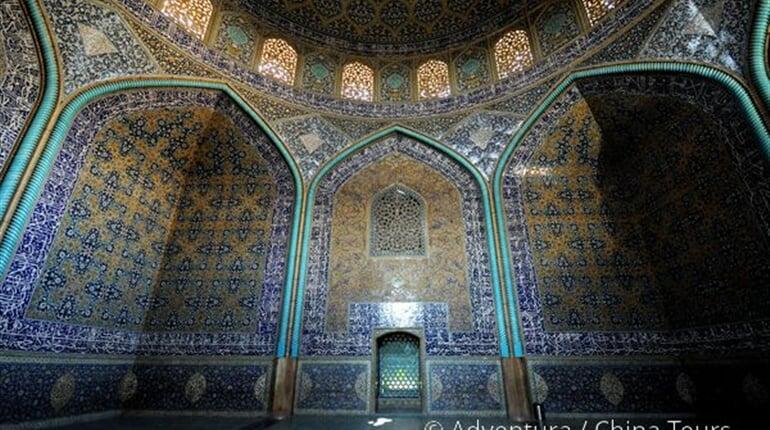 Pod hlavní kupolí Lotfolláhovy mešity, Esfahán